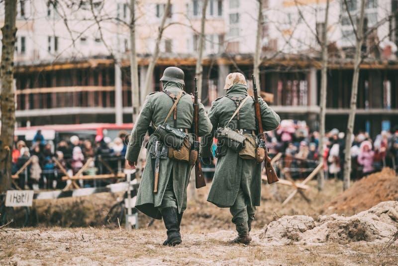 Niet geïdentificeerde re-Enactors kleedden zich als Duitse militair van Infanteriewehrmacht royalty-vrije stock foto's