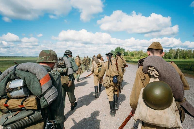 Niet geïdentificeerde re-enactors kleedden zich Duits en stock foto