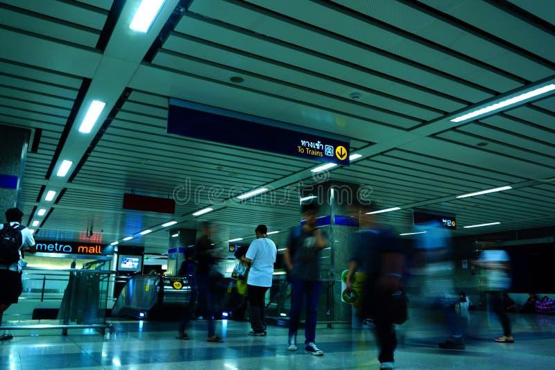 Niet geïdentificeerde reizigers binnen MRT ingang aan ondergrondse post MRT dient dagelijks 240.000 passagiers met 20 km van stad stock afbeeldingen