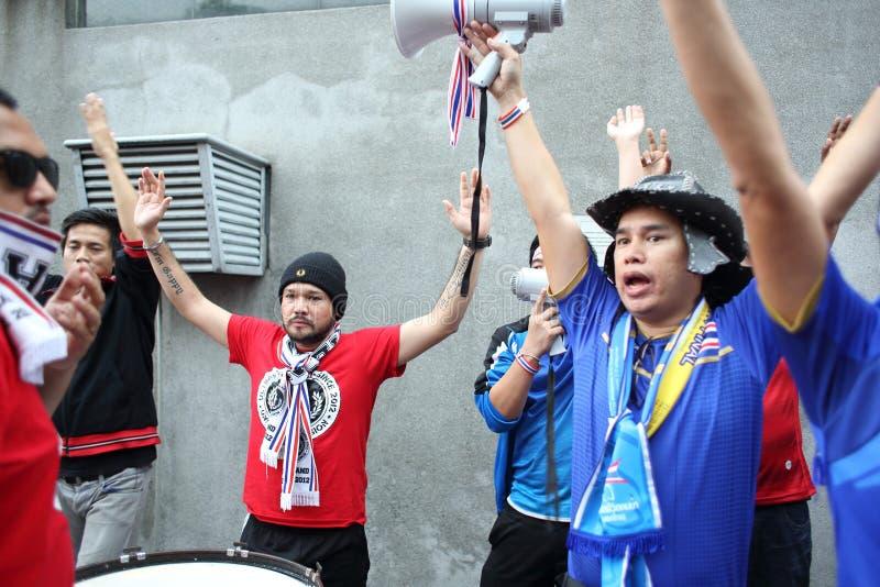 Niet geïdentificeerde Thaise voetbalventilators in actie stock foto