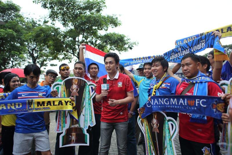 Niet geïdentificeerde Thaise voetbalventilators in actie stock afbeeldingen
