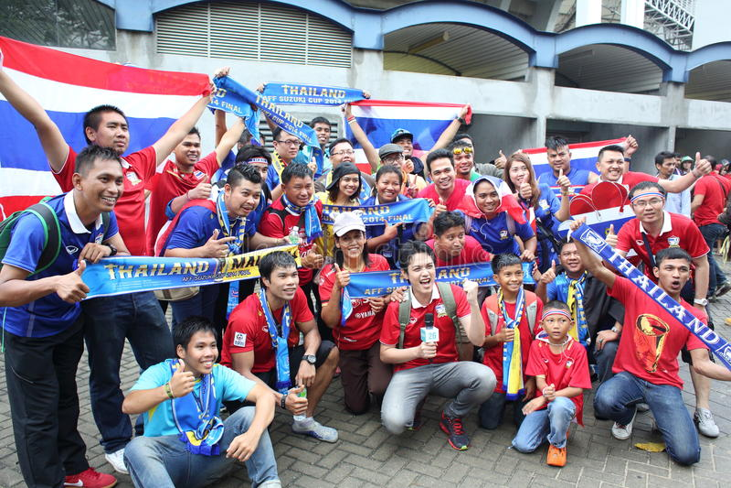 Niet geïdentificeerde Thaise voetbalventilators in actie stock afbeelding