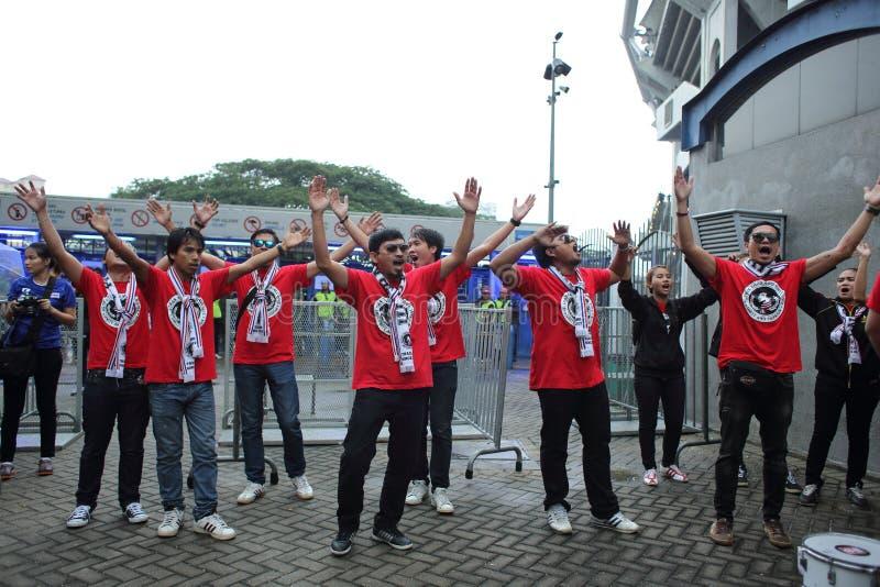 Niet geïdentificeerde Thaise voetbalventilators in actie royalty-vrije stock afbeeldingen