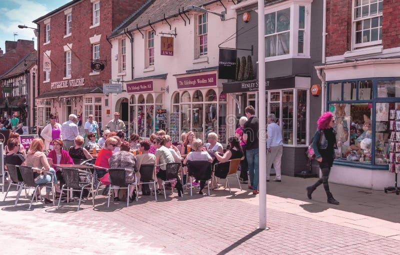 Niet geïdentificeerde toeristen bij Henley-straat in het centrum van Stratford Upon Avon, Warwickshire Engeland, het Verenigd Kon stock fotografie