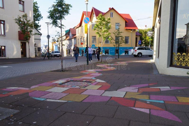 Niet geïdentificeerde toeristen die dichtbij mooie stoep in Reykjavik lopen stock afbeeldingen