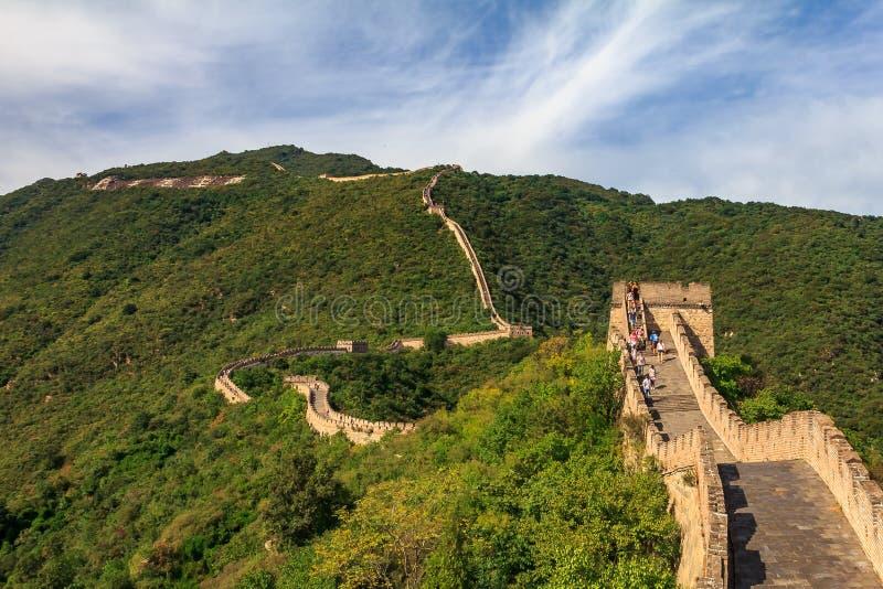 Niet geïdentificeerde toeristen die op de Grote Muur van China, in Mutianyu-dorp, één lopen van stock fotografie