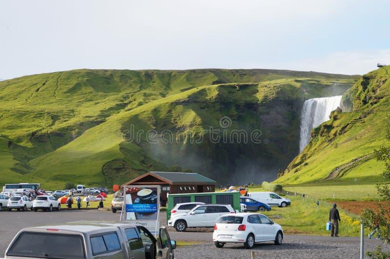Niet geïdentificeerde toeristen die in Skogarfoss, IJsland parkeren royalty-vrije stock foto's