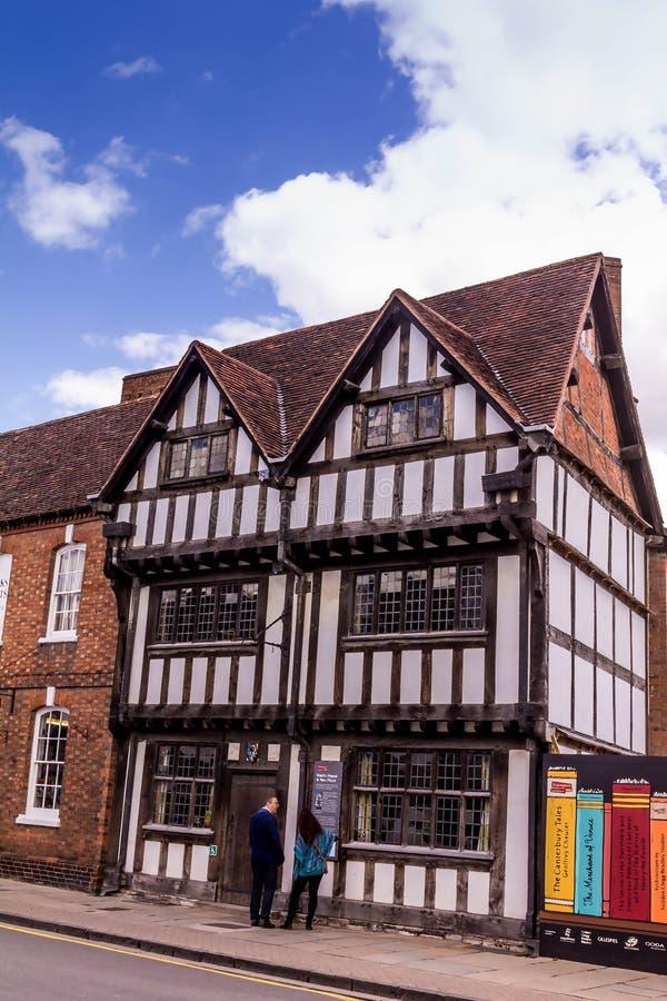 Niet geïdentificeerde toeristen in het centrum van Stratford Upon Avon, Warwickshire Engeland, royalty-vrije stock afbeelding