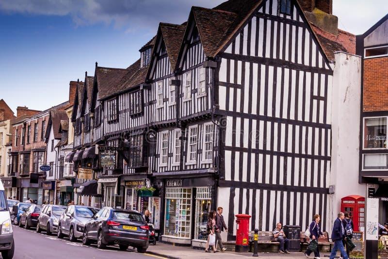 Niet geïdentificeerde toeristen in het centrum van Stratford Upon Avon, Warwickshire Engeland, royalty-vrije stock foto's
