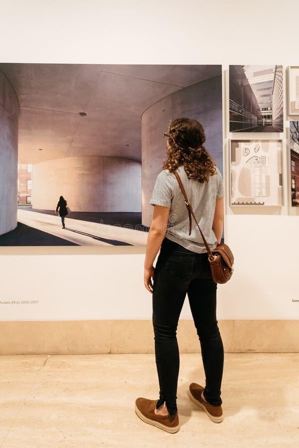 Niet geïdentificeerde vrouw bij architectuurtentoonstelling in thyssen-Bornemi stock foto