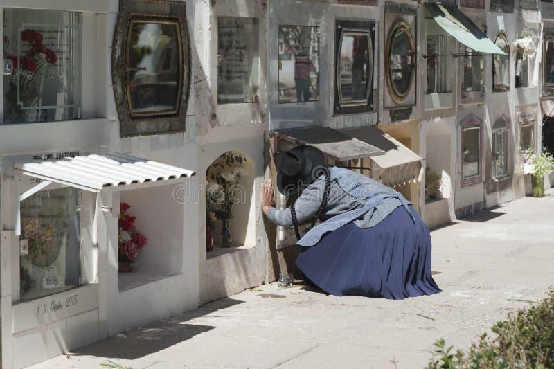 Niet geïdentificeerde vrouw dichtbij graven bij de Gemeentelijke begraafplaats van Cementerio in Sucre, Bolivië stock afbeelding