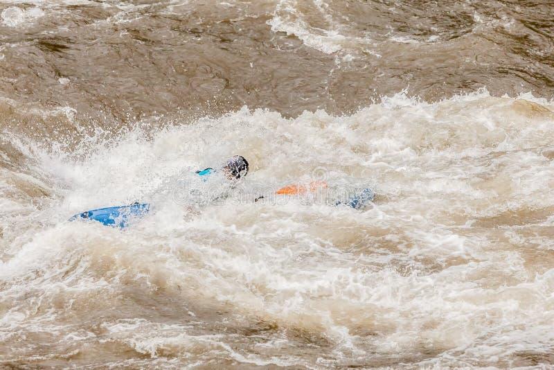 Niet geïdentificeerde Whitewater Kayaker stock afbeeldingen