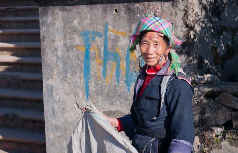 Niet geïdentificeerde Zwarte Hmong-stamvrouw. Sapa. Vietnam royalty-vrije stock fotografie