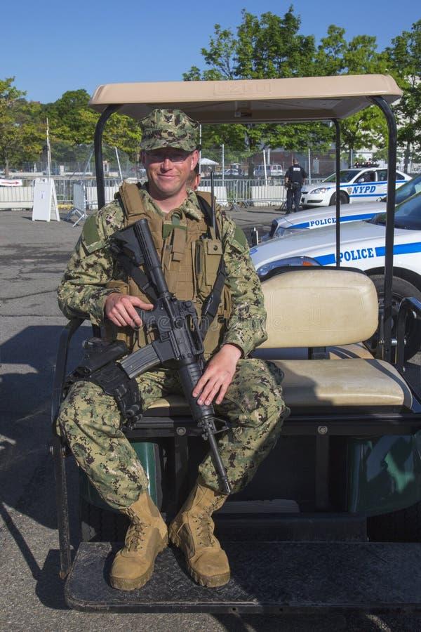 Niet ge?dentificeerde marine die veiligheid verstrekken tijdens Vlootweek 2014 royalty-vrije stock afbeelding