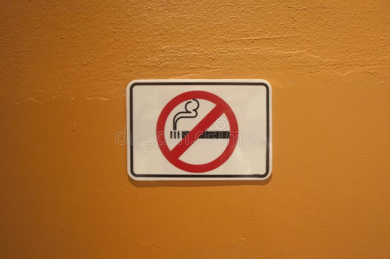 Niet rokend teken op de oude muur royalty-vrije stock fotografie