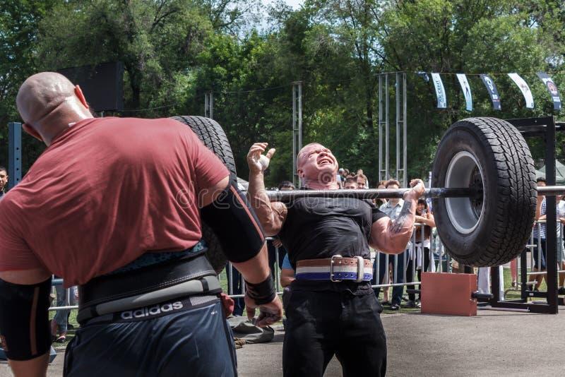 Niet succesvolle poging om een zware barbell op te heffen De atleet kon geen gewicht opheffen weightlifting stock afbeelding