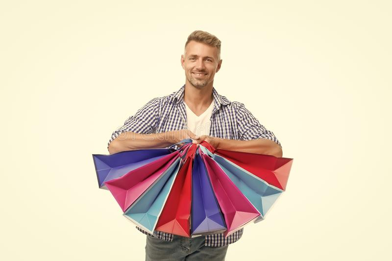Niet weerstand bieden aan verleiding Totale verkoop Positieve man geniet van winkelen Fijne man met boodschappentassen geïsoleerd royalty-vrije stock foto's