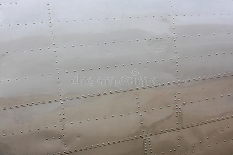 Niete auf Flugzeughaut stockfotos