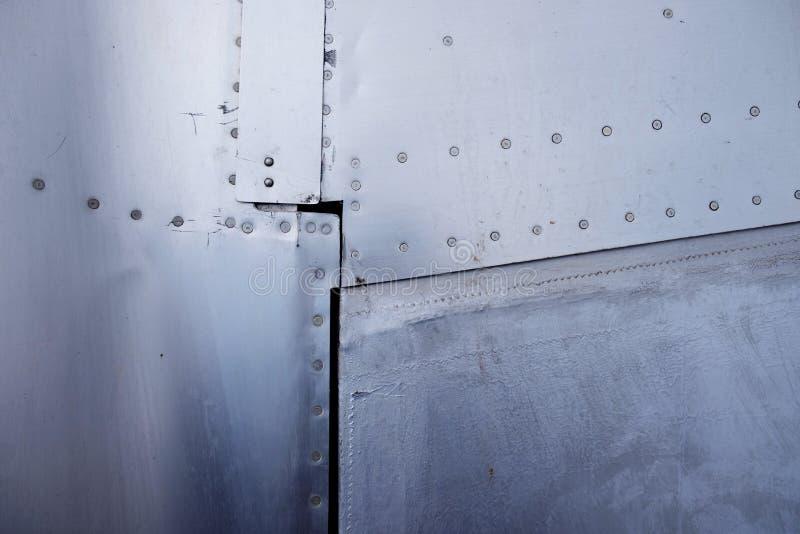 Nieten Aluminium in der Nähe Flugzeugrumpf und -flügel lizenzfreie stockfotografie