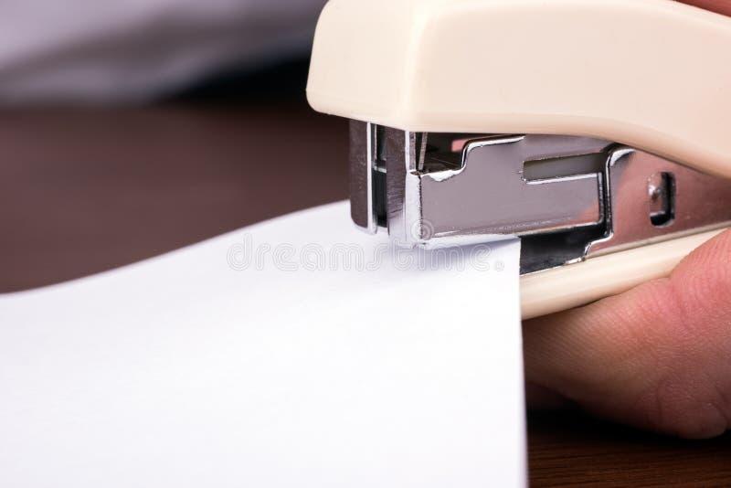Nietmachine voor het binden van bladen van document close-up stock foto