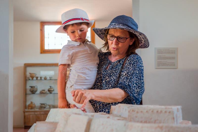 Nieto de la tenencia de la abuela en sus brazos Concepto que viaja Fondo del turismo Vacaciones de verano Madre con el hijo foto de archivo