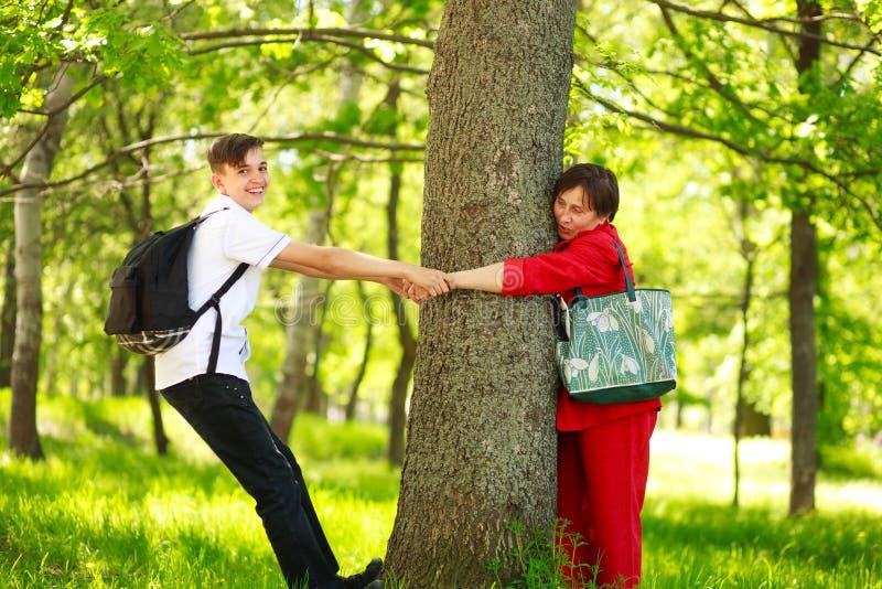 Nieto del muchacho que juega en bosque con la abuela en parque del verano imagen de archivo libre de regalías
