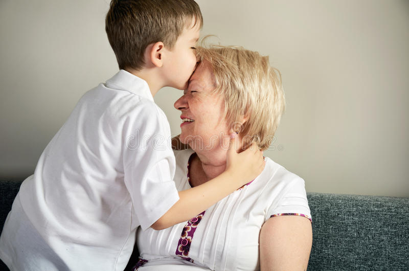 Nieto que besa a su abuela foto de archivo libre de regalías