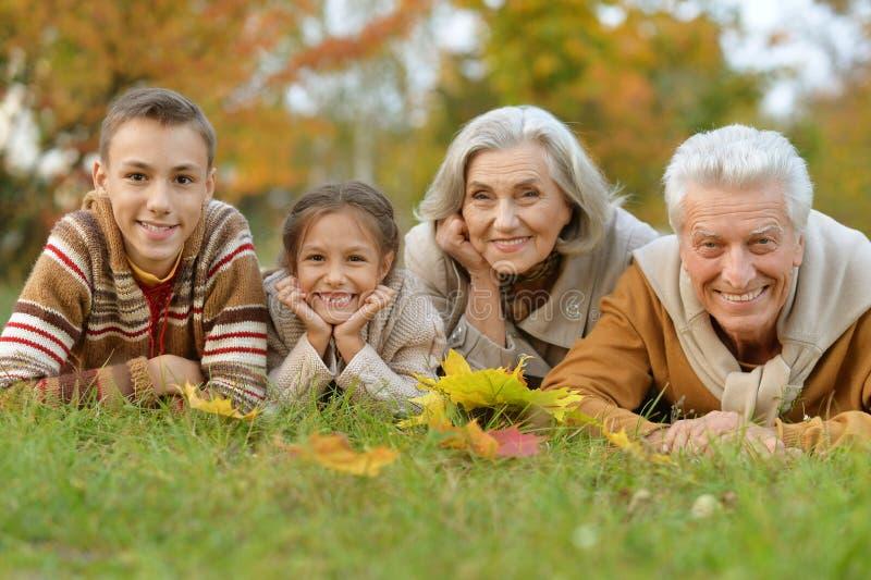 Nietos con sus abuelos imagen de archivo libre de regalías