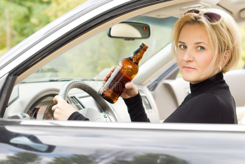 Nietrzeźwy kobieta kierowca obraz royalty free