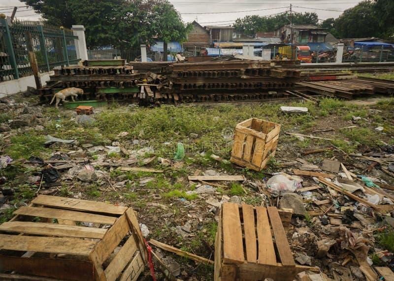 Nieużywany pallette pudełko robić od drewna po środku brudnej jard fotografii brać w Dżakarta Indonezja obraz stock