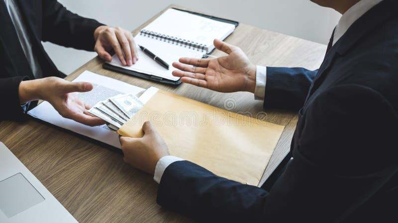 Nieuczciwy cyganienie w biznesowym bezprawnym pieniądze, Biznesowy mężczyzna daje łapówka pieniądze w ludzie biznesu dawać sukces obraz stock