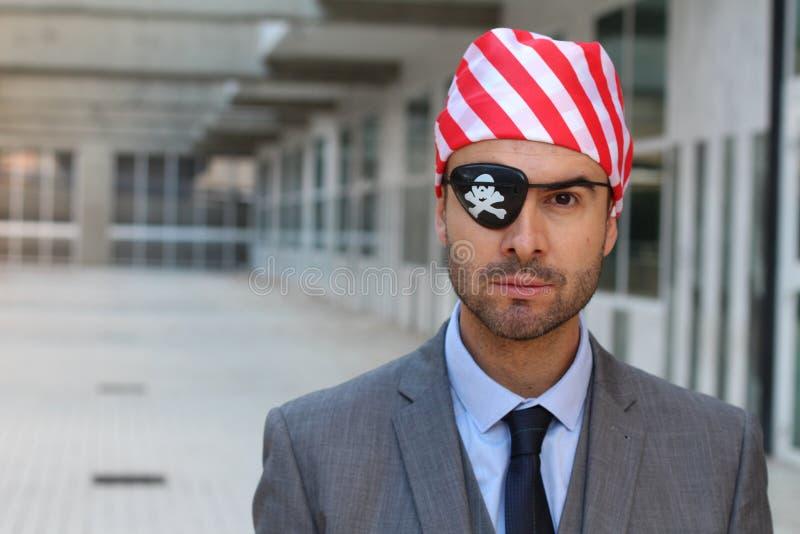 Nieuczciwy pracownik ubierający jak pirat fotografia stock
