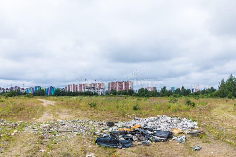 Nieupoważniony usyp śmieci wśród dzikiej natury blisko przemysłowych lub żywych terenów zdjęcia stock