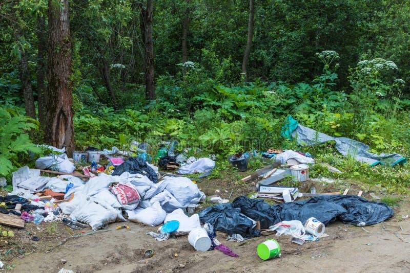 Nieupoważniony usyp śmieci wśród dzikiej natury blisko przemysłowych lub żywych terenów fotografia stock