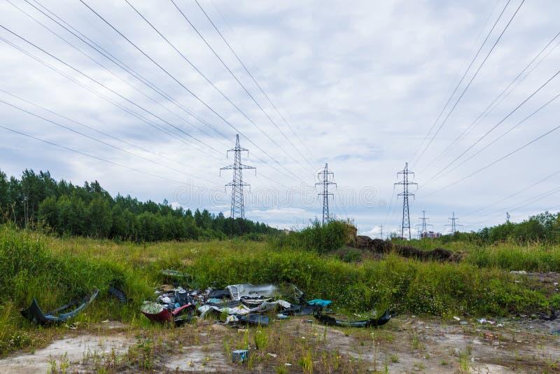 Nieupoważniony usyp śmieci wśród dzikiej natury blisko przemysłowych lub żywych terenów fotografia royalty free