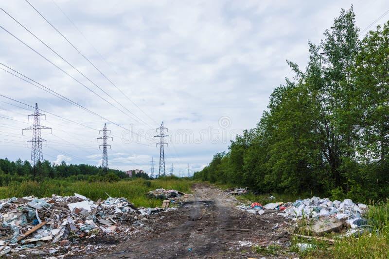 Nieupoważniony usyp śmieci wśród dzikiej natury blisko przemysłowych lub żywych terenów obrazy stock