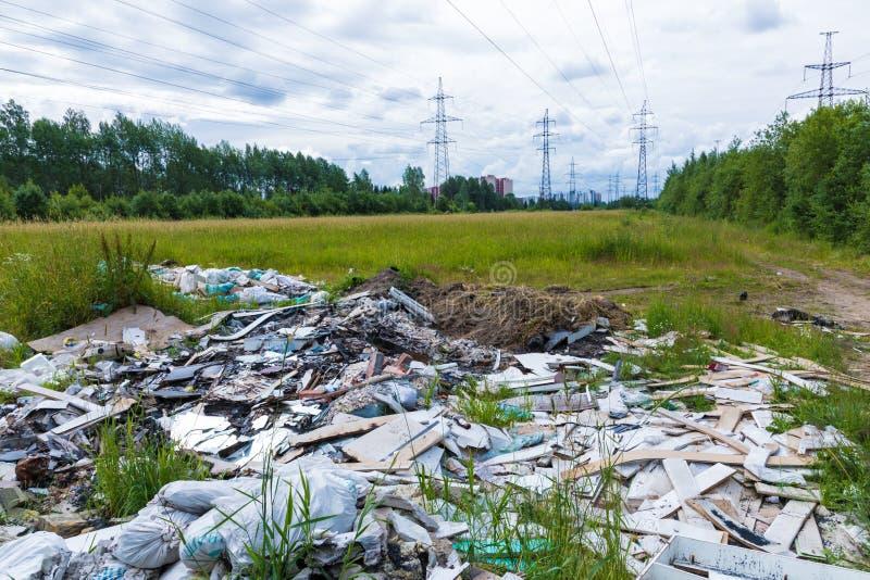 Nieupoważniony usyp śmieci wśród dzikiej natury blisko przemysłowych lub żywych terenów obraz stock