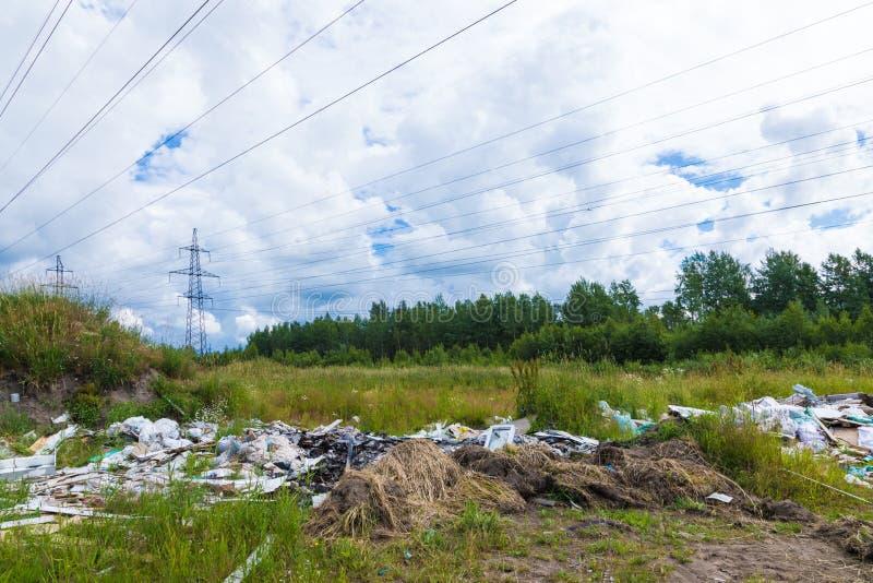 Nieupoważniony usyp śmieci wśród dzikiej natury blisko przemysłowych lub żywych terenów obraz royalty free