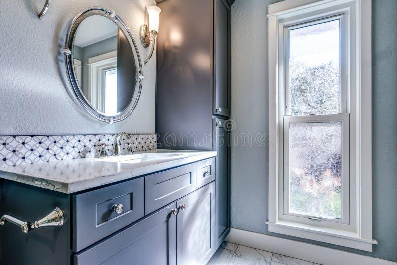 Nieuw blauw badkamersontwerp met de tegels van het mozaïekaccent stock foto