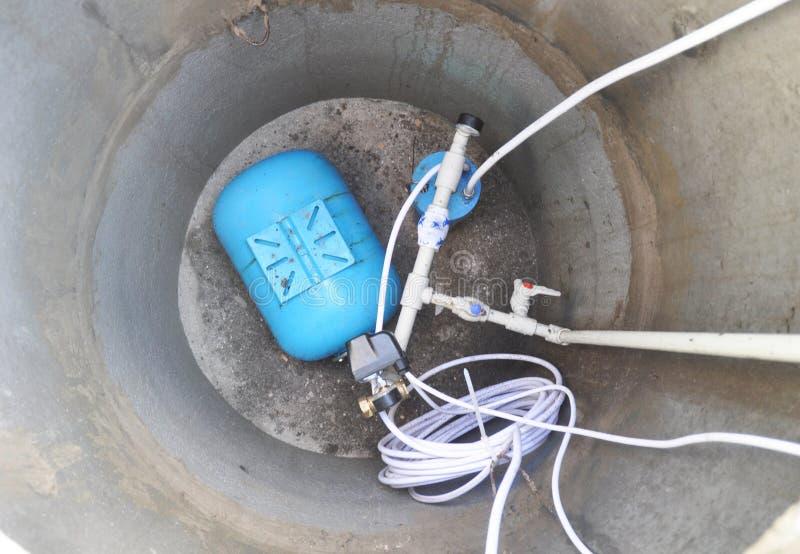 Nieuw boorgat met watervoorzieningssysteem Waterboorgat, hydraulische accumulator, filter, waterput, waterpomp royalty-vrije stock foto's
