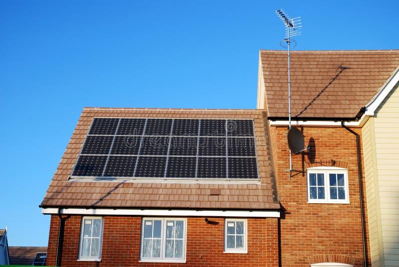 Nieuw bouw huis met zonnepanelen royalty-vrije stock afbeeldingen