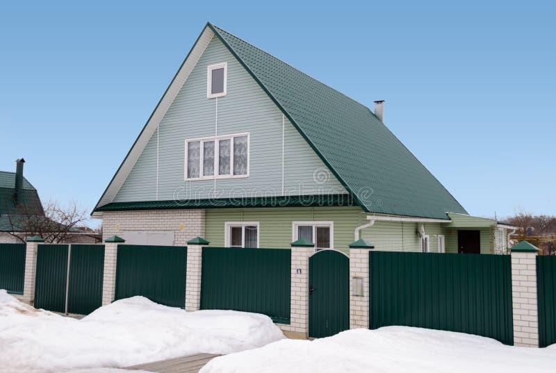 Nieuw buitenhuis met mansard en groen dak stock foto's