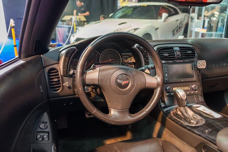 Nieuw Chevrolet-Korvetbinnenland - stuurwiel met embleem en dashboard royalty-vrije stock afbeeldingen