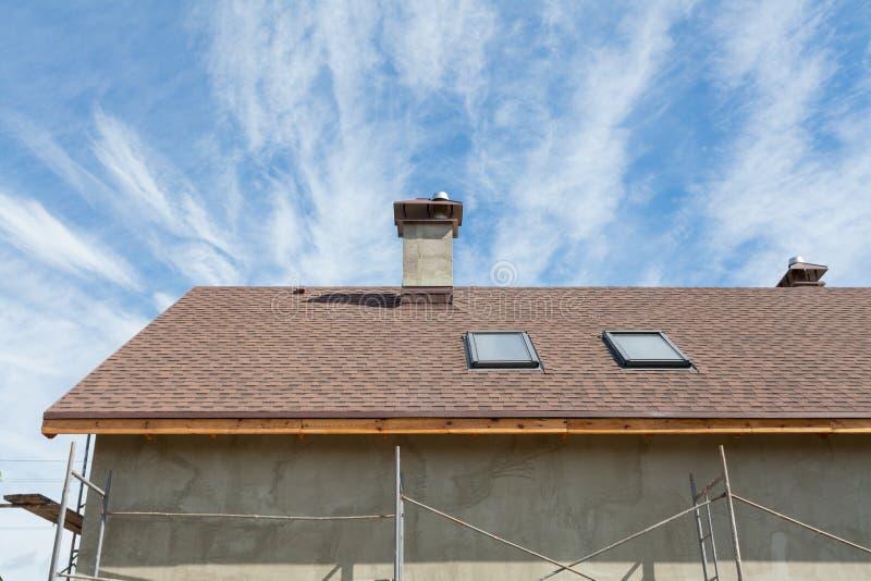 Nieuw dak met dakraam, de dakspanen van het asfaltdakwerk en schoorsteen Dak met mansard vensters stock foto's