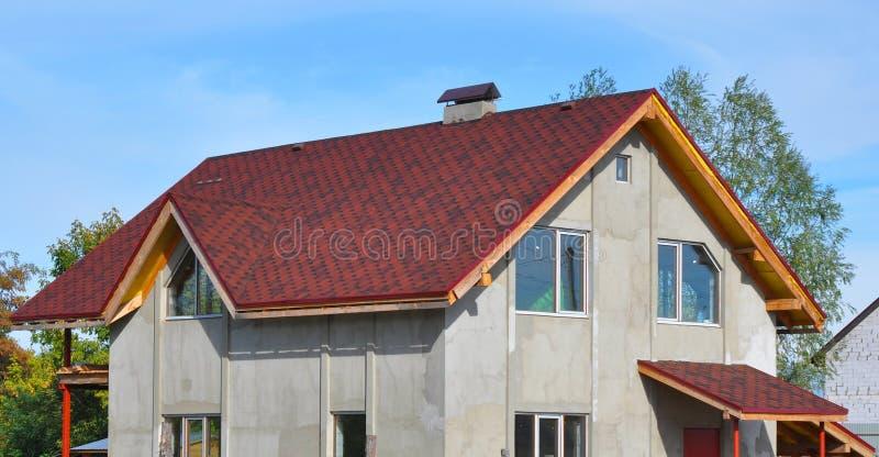 Nieuw die Huisdak met Bitumin-Tegels wordt behandeld Asphalt Shingles Roofing Advantages stock afbeeldingen