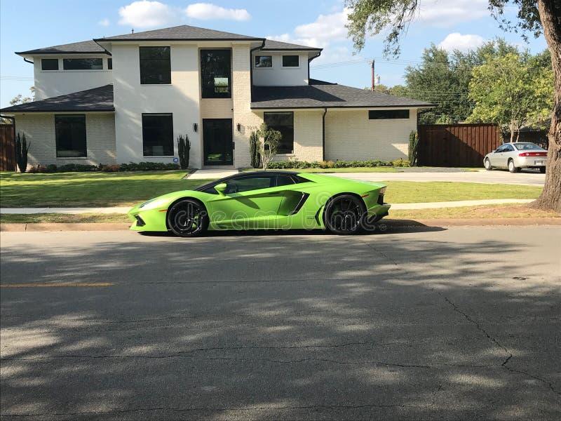 Nieuw die Lamborghini Aventador buiten een huis wordt geparkeerd royalty-vrije stock fotografie