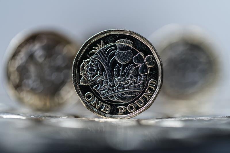 Nieuw die pondmuntstuk in Groot-Brittannië, voorzijde en rug wordt geïntroduceerd stock afbeeldingen