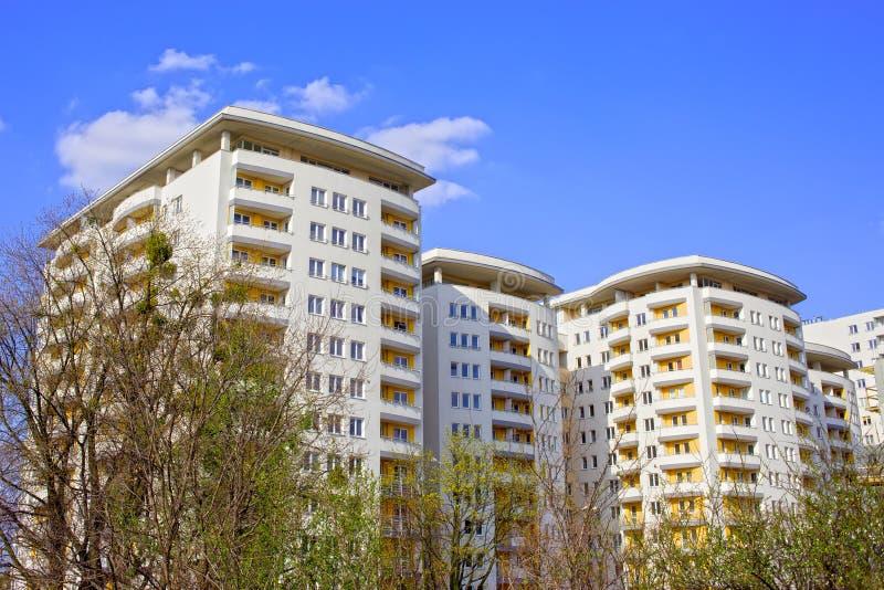 Nieuw Eigentijds Flatgebouw stock foto's