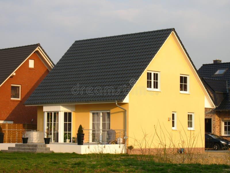 Nieuw geel huis stock afbeeldingen