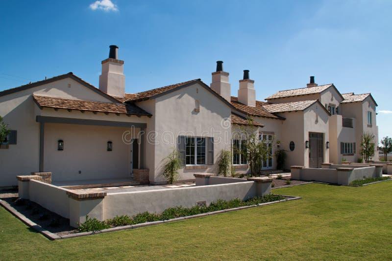 Nieuw groot huis in de woestijn van Arizona royalty-vrije stock foto